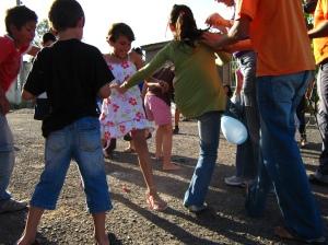 Crianças em brincadeira com balões